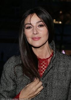 Sultry in scarlet! A radiant Monica Bellucci wears a fitted lace dress to the premiere of Des Gens Qui S'embrassent Monica Bellucci, Reverse Aging, World Most Beautiful Woman, Bond Girls, Catherine Zeta Jones, Italian Actress, Flawless Beauty, Girl Crushes, Bella