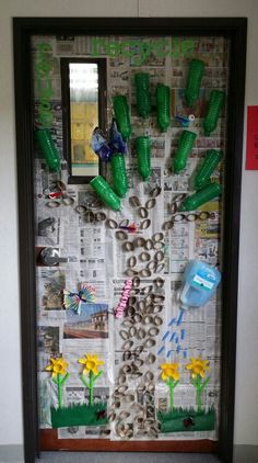 Newspaper background, water bottle and paper towel roll tree, bottle cap birds and caterpillar, egg carton lady bugs, flowers from jello cups and straws. School Displays, Classroom Displays, Classroom Decor, Earth Day Projects, Earth Day Crafts, Preschool Projects, Preschool Art, Newspaper Background, Newspaper Paper