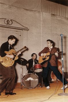 Early Years: Scotty Moore, DJ Fontana, Elvis Presley and Bill Black at Gilmer Junior High - Sep. Rock N Roll, Genre Musical, Are You Lonesome Tonight, Scotty Moore, Elvis Presley Pictures, Young Elvis, Show Dance, Buddy Holly, Thats The Way