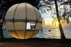 Вы никогда не мечтали спать в безопасном домике на деревьях? Тент Cocon Tree — это 24 стержня и полотно, образующие сферу-кокон, которая подвешивается между деревьями. Внутри тента уютное спальное место для двоих.