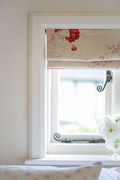 Janet Barbour Painted Interiors -Roses at the window close-up Living Room Blinds, House Blinds, Country Cottage Living, Cottage Style, Modern Cottage, Cottage Interiors, Red Interiors, Country Interiors, Interior Styling