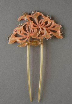 Lucien Gaillard. Painted-horn honeysuckle flowers set off by small diamond pistils. http://www.debaecque.auction.fr/_fr/lot/lucien-gaillard-1861-1942-tres-beau-peigne-art-nouveau-en-ecaille-ou-corne-8851903#.VoF1i5MrKRs