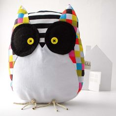 The colours on this are barfo, but I love the idea of a big cushy fleece owl stuffie.