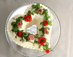 "heart shaped savory ""cake"" from Pullahiiren (in Finnish). Take a heart shaped bundt pan & fill with layers of bread and savory filling. ""frost"" with a mix of heavy cream and cream cheese and decorate with tomato and ham flowers & fresh pea shoots. Sandwich Cake, Tea Sandwiches, Savoury Baking, Savoury Cake, Macarons, Finnish Recipes, Savory Snacks, Food Art, Panna Cotta"