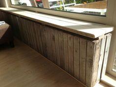 Manlief heeft een radiatorombouw gemaakt van fruitkistjes en steigerhout, zo blij mee!