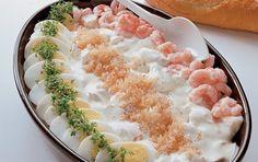 Samspillet mellem æg, rejer og kaviar samt den kogte torsk dækket af smagfuld cremefraichesauce, giver denne ret en himmelsk smag. Torskeret med cremefraichesauce er en sikker vinder.