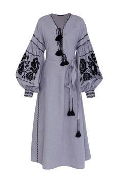 Льняное платье Vita Kin - Строгое льняное платье длины миди от Vita Kin украшено кисточками и вышивкой черного цвета в интернет-магазине модной дизайнерской и брендовой одежды