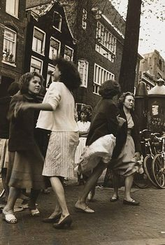 1958. Women are dancing at the Lindengracht in Amsterdam during the annual Jordaanfestival. The Jordaanfestival is an annual September event in the Jordaan neighborhood of Amsterdam. It was held for the first time in 1949. The main events are the Jordaan cabaret with song competition and a carnival on the Palmgracht and since 1975 on the Elandsgracht. Photo Stadsarchief Amsterdam / Oscar van Alphen. #amsterdam #1958 #Lindengracht #Jordaan Amsterdam Jordaan, Youth Culture, European History, Cabaret, 1930s, Netherlands, Carnival, The Past, Street