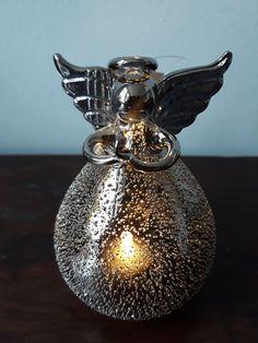 Klein maar fijn, dat is echt van toepassing voor deze kerstengel. Het engeltje is 10 cm hoog. In de engel zit een klein led lampje. Als je dit aan doet komt het licht door de open structuur van het lijfje naar buiten. Dit geeft een bijzonder effect. Maar ook als het lichtje niet brandt, is de kerstengel prachtig om te zien. Perfume Bottles, Beauty, Perfume Bottle, Beauty Illustration