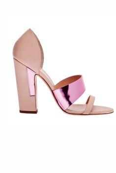 Accesorios must: las 4 tendencias en zapatos y bolsos imprescindibles de la temporada primavera/verano 2013. Sandalias con tacón chunky y detalles en rosa metalizado de Vionnet (c.p.v.)