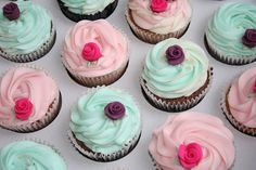 cupcakes with sugar flowers using daisy cutter for leaves