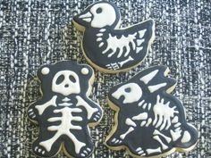Halloween cookies! Oh so clever to use the cookie cutters you already have and skeletize them!