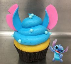 New Stitch Cupcake is out of this world! – Disney Food – # … New Stitch Cupcake is out of this world! – Disney Food – New Stitch Cupcake is out of this world! – Disney Food – # … New Stitch Cupcake is out of … Disney Desserts, Disney Cupcakes, Cute Desserts, Cute Cupcakes, French Desserts, Disney Food Recipes, Cupcakes Decoration Disney, Lilo And Stitch Cake, Lilo Y Stitch