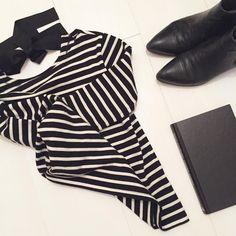 "@gabrisperotto su Instagram: ""Stripes, boots and book. That's it. . . . #stripes #white #black #papersugarandink #evening…"""