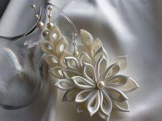 Pinza de pelo  Este pedazo de cabello con estilo y elegante cuenta con una Flor Kanzashi marfil hecha a mano con un solo grano de la perla Marfil