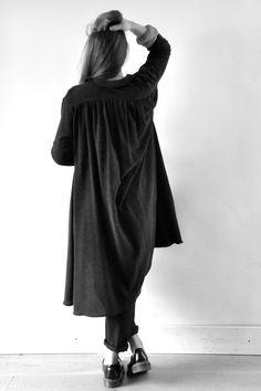 robe à plis en chevrons noir - VDJ, blouse manches longues en jersey rayé - VDJ, pantalon droit en lainage noir - VDJ