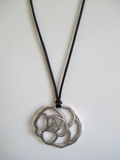 Rosa plateada y cordón de cola de ratón. Diámetro de la flor, 5 cm. Cordón largo. VENDIDA