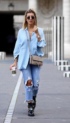 look calça jeans e camisa azul