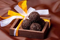 Chocolate truffels with chili - Chilitryffelit My Favorite Food, Favorite Recipes, My Favorite Things, Kermit, Food Gifts, Xmas, Christmas, Holiday Gifts, Gift Wrapping