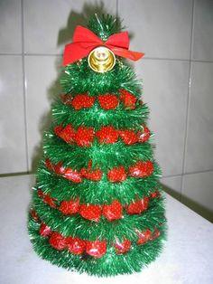 Árvores cm) de bala de goma para o seu natal no Christmas Snacks, All Things Christmas, Christmas Wreaths, Christmas Crafts, Christmas Ornaments, Handmade Ornaments, Handmade Christmas, Craft Gifts, Diy Gifts