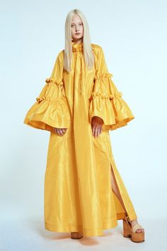 The complete Dice Kayek Spring 2020 Ready-to-Wear fashion show now on Vogue Runway. Vogue Fashion, Fashion 2020, New Fashion, Runway Fashion, Fashion News, High Fashion, Fashion Trends, Fashion Story, Yellow Fashion