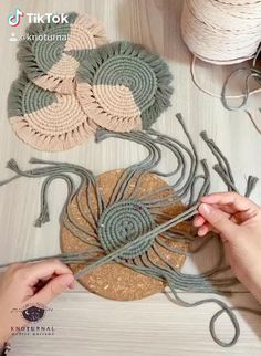 Macrame Wall Hanging Diy, Macrame Art, Macrame Projects, Macrame Knots, How To Macrame, Diy Crafts For Home Decor, Diy Crafts Hacks, Rope Crafts, Yarn Crafts