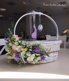 Wedding Gift Baskets, Wedding Gift Wrapping, Creative Gift Wrapping, Basket Flower Arrangements, Floral Arrangements, Engagement Basket, Kalash Decoration, Graduation Crafts, Easter Crafts For Adults