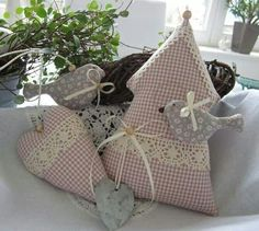 Pretty Sewing Crafts, Sewing Projects, Deco Table Noel, Fabric Hearts, Lavender Bags, Creation Couture, Fabric Houses, Craft Projects For Kids, Love Sewing