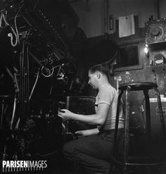 La cabine de projection du cinéma le Rex. Paris, 1936-1937. Photographie de Marcel Cerf (1911-2010). Bibliothèque historique de la Ville de Paris.