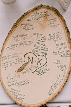 individuell beschriftete Holzscheiben als Gästebuck zur Hochzeit im Herbst
