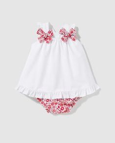 Best 12 A lot of baby Clothing models. Entre retales y puntillas: octubre Look at the pins below. Baby Dress Design, Baby Girl Dress Patterns, Baby Clothes Patterns, Cute Baby Clothes, Little Girl Dresses, Skirt Patterns, Coat Patterns, Toddler Girl Dresses, Blouse Patterns
