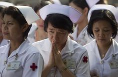 Eastday-Thai nurses demonstrate against 'red shirt' protesters. thailand, A nurse prays during a demonstration at the Chulalongkorn Hospital