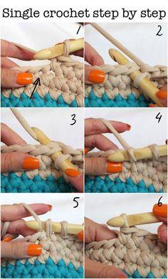 シングルクロッシェ編みの要領で、毛糸と同じように編めば小物入れが完成します。