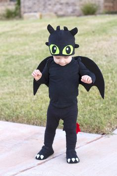 32 halloween costume for kids!Put the baby costumes in storage! Your little one is now big enough to trick-or-treat and he or she will need a toddler Halloween costume. Cute Baby Halloween Costumes, Toddler Boy Halloween Costumes, Baby Costumes, Halloween Kids, Halloween Parties, Halloween 2018, Costume Dragon Enfants, Diy Dragon Costume, Toothless Costume