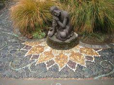 Lotusblüte aus Mosaik für einen buddhistischen Garten