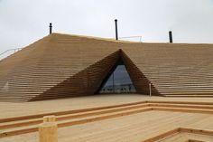 Rakennuksen suunnittelusta vastanneet arkkitehdit Anu Puustinen ja Ville Hara Avanto Arkkitehdit Oy:stä halusivat, että rakennus sopii sitä ympäröivään rantamaisemaan.