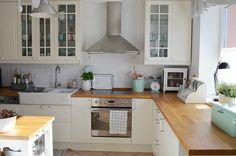 """Wnętrza, Metamorfoza kuchni - Ostatnio kuchnia przeszła mały""""lifting"""" :-) Ściany są teraz białe, kafelki przemalowane i pojawiła sie boazeria."""