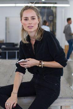Meninas, naquele dia que eu acordo com preguiça fashion, opto por esse Look: Camisa preta + Calça preta skinny ou Flare com cintura alta + super acessórios. É uma produção linda, fácil e cool, sempre! Tem camisa Perfeita, preta, aqui - http://buyerandbrand.com.br/mododeusarmoda/?bi=2rmBfAO .. Se vocês querem dicas de como montar o Work Look de forma fácil e rápida, porém muito estilosa, como fazem as Fashion Girls, eu ensino como, em 3 passos, nesse Post e nesse vídeo aqui - htt