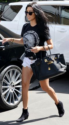 Kourtney Kardashian shopping with son Mason in Los Angeles, August 2015 Kourtney Kardashian, Estilo Kardashian, Kardashian Style, Kardashian Fashion, Pastel Outfit, Late Summer Outfits, Moda Do Momento, Look Con Short, Looks Street Style