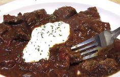 Heerlijke traditionele goulash! Goulash is een heerlijk gerecht met blokjes rundvlees dat oorspronkelijk afkomstig is uit Hongarije maar dat al decennialang omarmd wordt door andere landen. Ook wij zijn groot fan van het gerecht! Het lijkt altijd zo moeilijk maar met dit recept is het een fluitje van een cent! Zo maak je het: Verhit … Stew, Crockpot, Slow Cooker, Good Food, Pork, Food And Drink, Cooking Recipes, Meat, Chicken