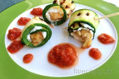 Chicken-Zucchini Rolls with Cottage Cheese and Tomato Sauce Queijo Cottage, Cottage Cheese, Chicken Cottage, Menu Dieta, Chicken Zucchini, Homemade Tomato Sauce, Sauce Tomate, Avocado Egg, Light Recipes