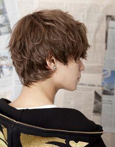 Cheveux bruns courts