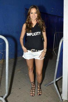 Favorito de Bruna Marquezine, shorts jeans branco é ótima opção para o verão