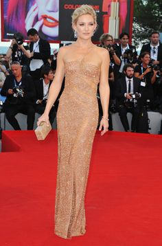Kate Hudson con un abito effetto nudo di Versace Atelier (Festival di Venezia 2012).