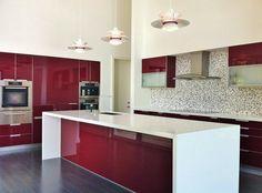 Você já considerou em usar o vermelho em sua cozinha? Se você pensa que a cor deve ser usada apenas em placas de sistemas de incêndio ou em um lindo batom,