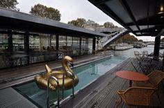 Um hotel sobre as águas do rio Sena.