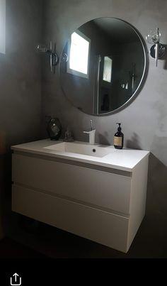 Microsement- allsidig og solid. Mikrosement har meget gode heftegenskaper og kan brukes på de fleste underlag, som for eksempel glass, metall, mur, fliser, gips eller trefiberplater. Det egner seg derfor godt til rehabilitering av bad, for eksempel på eksisterende fliser eller våtroms plater, på gulv, benkeplater eller møbler. Bathroom Lighting, Mirror, Furniture, Home Decor, Bathroom Light Fittings, Bathroom Vanity Lighting, Decoration Home, Room Decor, Mirrors