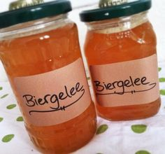 Dies ist ein Gelee welches auf Grundlage von Bier hergest… Recipe for beer jelly. This is a jelly based on beer and tastes great on bread and rolls. Is also a great gift idea for beer lovers. Healthy Eating Tips, Healthy Recipes, Beer Recipes, Vegetable Drinks, Easy Healthy Breakfast, Diy Food, Hot Sauce Bottles, Pain, Meal Planning