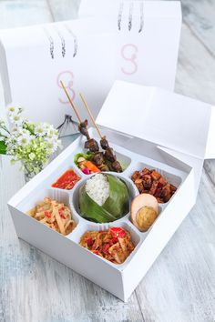 Nasi liwet keprabon Asian Recipes, Gourmet Recipes, Healthy Recipes, Asian Food Delivery, Food N, Food And Drink, Takeaway Packaging, Catering Food, Indonesian Food