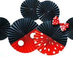 10 ideas para que tu fiesta de minnie sea todo un éxito Toma nota de estas 10 ideas creativas que harán de tu fiesta de Minnie Mouse todo un éxito entre tus invitados: Utiliza globos. Theme Mickey, Fiesta Mickey Mouse, Mickey Mouse Clubhouse Party, Minnie Mouse Theme, Mickey Mouse Clubhouse Birthday, Mickey Mouse Parties, Mickey Party, Mickey Mouse Birthday, Miki Mouse